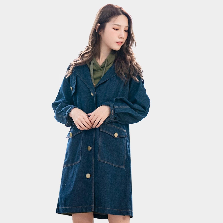 外套大衣--優質率性英字印花斜肩袖排扣口袋寬鬆修身牛仔外套(藍L-2L)-J258眼圈熊中大尺碼 0