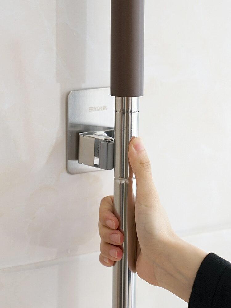 不銹鋼拖把夾子免打孔強力粘膠壁掛衛生間家用掃帚收納神器1入