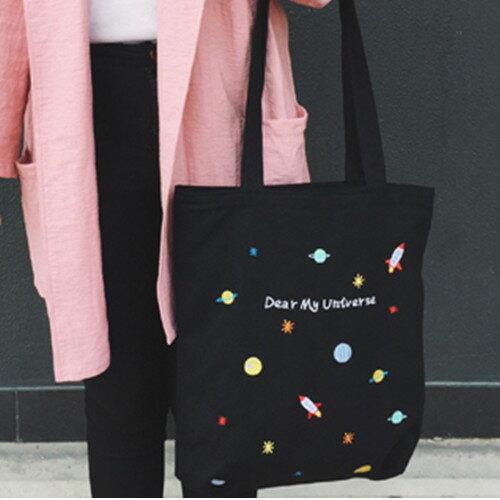帆布包-現貨販售-UNIVERSE趣味刺繡宇宙火箭側背帆布包手提包-寶來小舖-L56820
