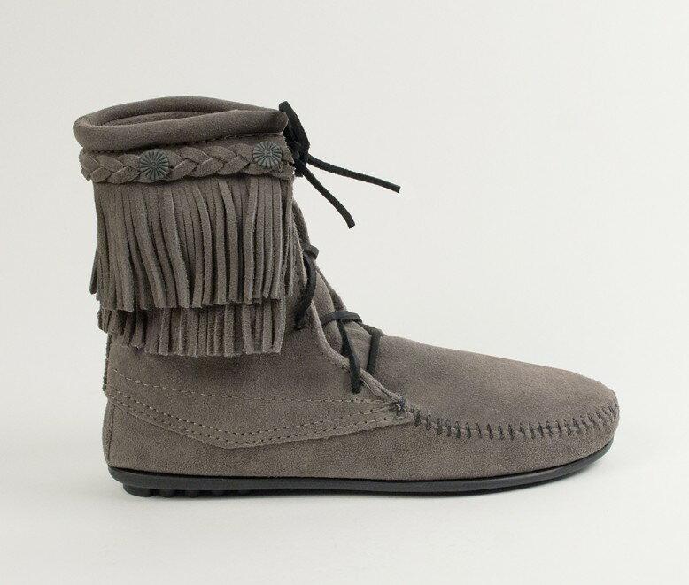 【Minnetonka 莫卡辛】灰色-純手工雙層流蘇短靴【全店滿4500領券最高現折588】 2