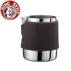 金時代書香咖啡 Tiamo 1029 拉花杯附矽膠杯套300cc 咖啡色 HC7064
