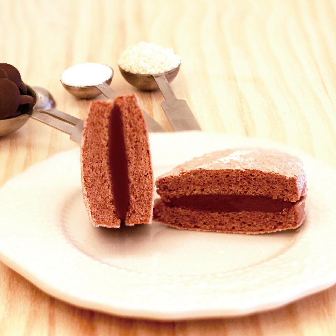 ★ 法式黑巧達克瓦茲  ★達克瓦茲 DACQUOISE 法國百年甜點 由高級進口杏仁粉製作,似馬卡龍但又不會甜膩,外酥內軟充滿天然杏仁香氣 + 法國70%巧克力內餡,巧克力的苦甜融入口中好浪漫~