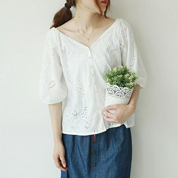 雙V領鏤空刺繡蕾絲上衣襯衫t恤【88-12-8224-1183-18】ibella艾貝拉