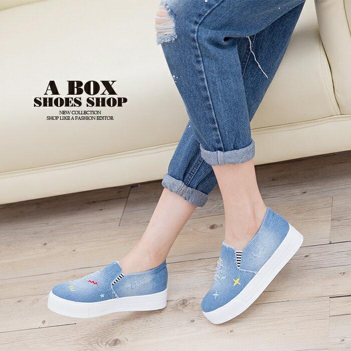 格子舖*【AS133】簡單塗鴉刷色牛仔布破壞設計 V口鬆緊3cm厚底增高帆布鞋 懶人鞋 2色 1