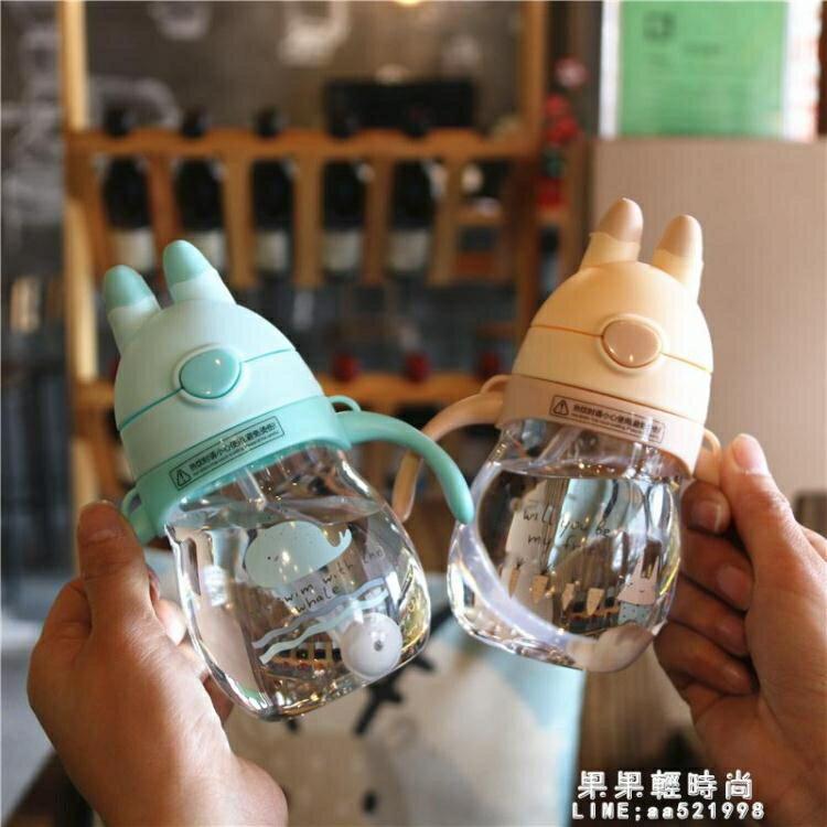 【桃園現貨】韓版可愛創意兒童吸管杯男女寶寶飲水杯帶手柄便攜塑料杯防嗆防漏-莎韓依