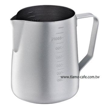 金時代書香咖啡  Tiamo 不沾塗層厚款刻度指示拉花杯  950ml  灰  HC7088GR