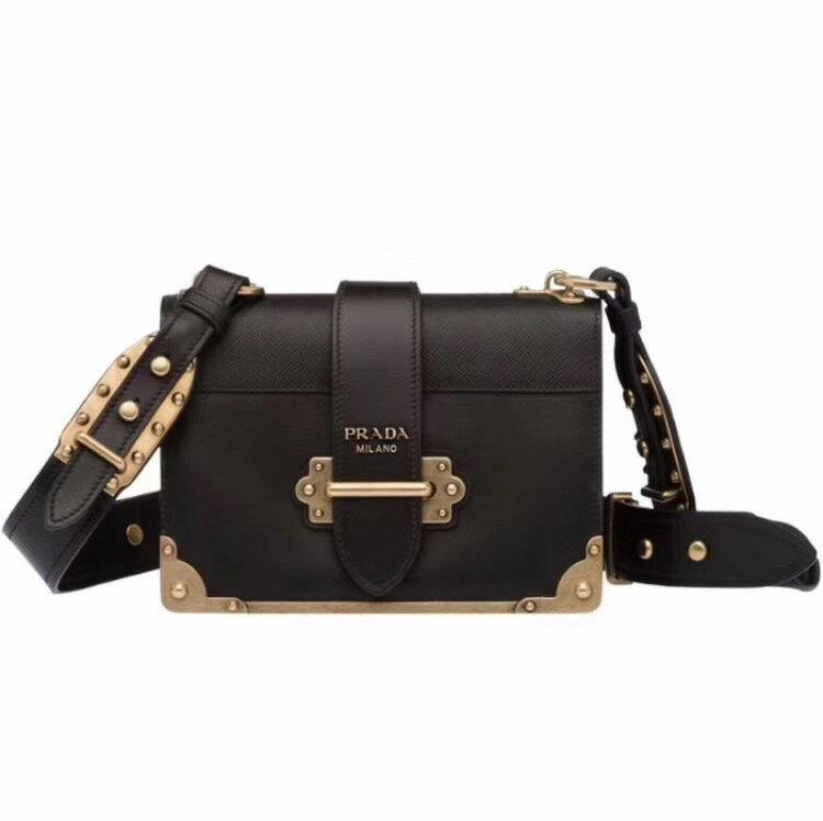 【Go時尚】Prada cahier 方型側背包 0
