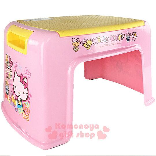 〔小禮堂〕Hello Kitty 塑膠踏椅《粉黃.側坐.咬手指.蝴蝶結滿版》