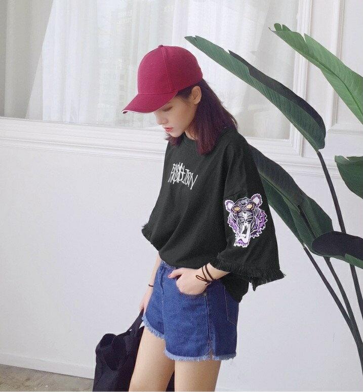 【V2503】shiny藍格子-酷炫休閒.超寬鬆字母印花流蘇袖口上衣 1
