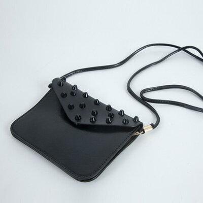 里奈子 Li-nagi:LINAGI里奈子精品【H800-62-95】流行時尚輕巧素面搭圓錐形鉚釘設計內雙夾層磁釦側背小扁包