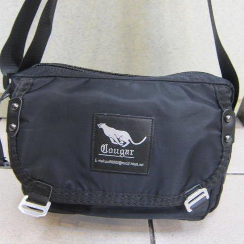 ~雪黛屋~Cougar 休閒側背包美國專櫃 防水水晶布隨身物品 二層拉鍊主袋口CG~710