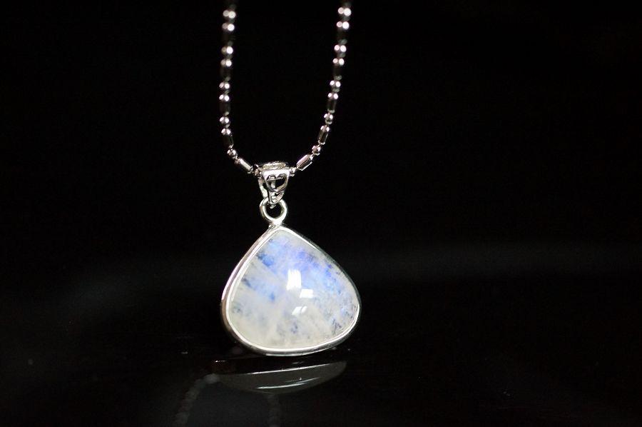 月光石三角型純銀墜飾,天然晶體半透帶藍色自然光芒。 °☆╮喨喨飾品╭☆° M309