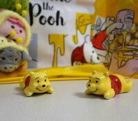 小熊維尼周邊商品推薦[日本迪士尼] 小熊維尼 (Winnie the Pooh) 日式筷架(數量稀少)。變身成為筷架的維尼依然圓滾滾,讓人愛不釋手。既使作為擺飾也很可愛喔。