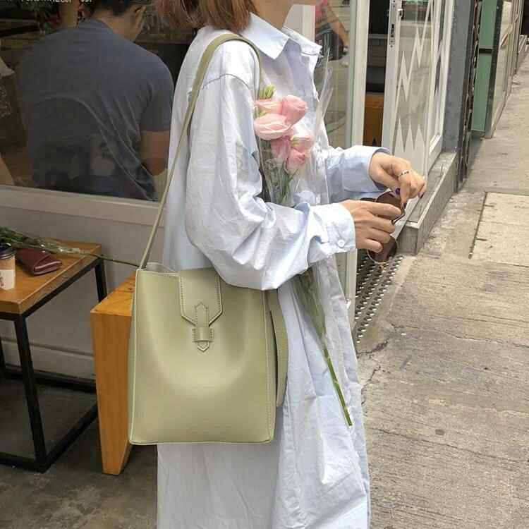 水桶包 水桶包女2020新款韓版簡約百搭大容量單肩包斜跨包包休閒子母包潮 果果輕時尚
