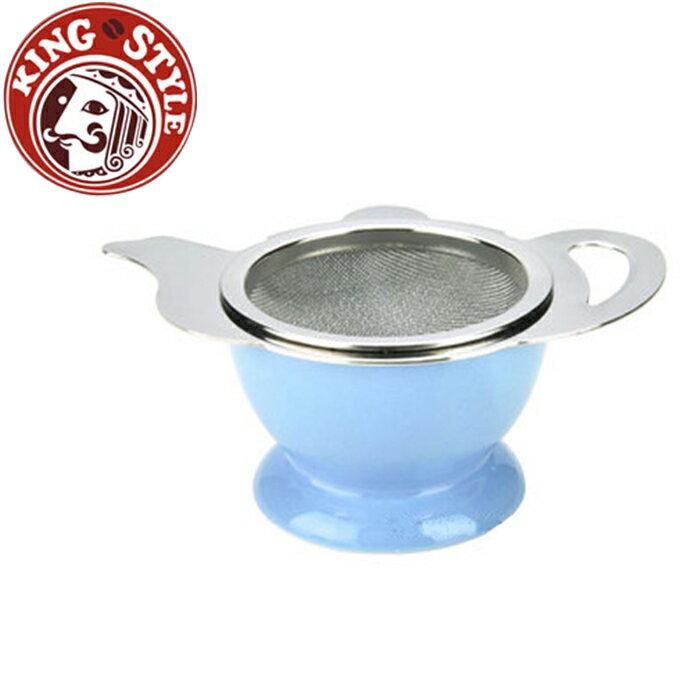 金時代書香咖啡 Tiamo 茶壺造型不鏽鋼杓形濾網組 (附陶瓷底座) 藍色