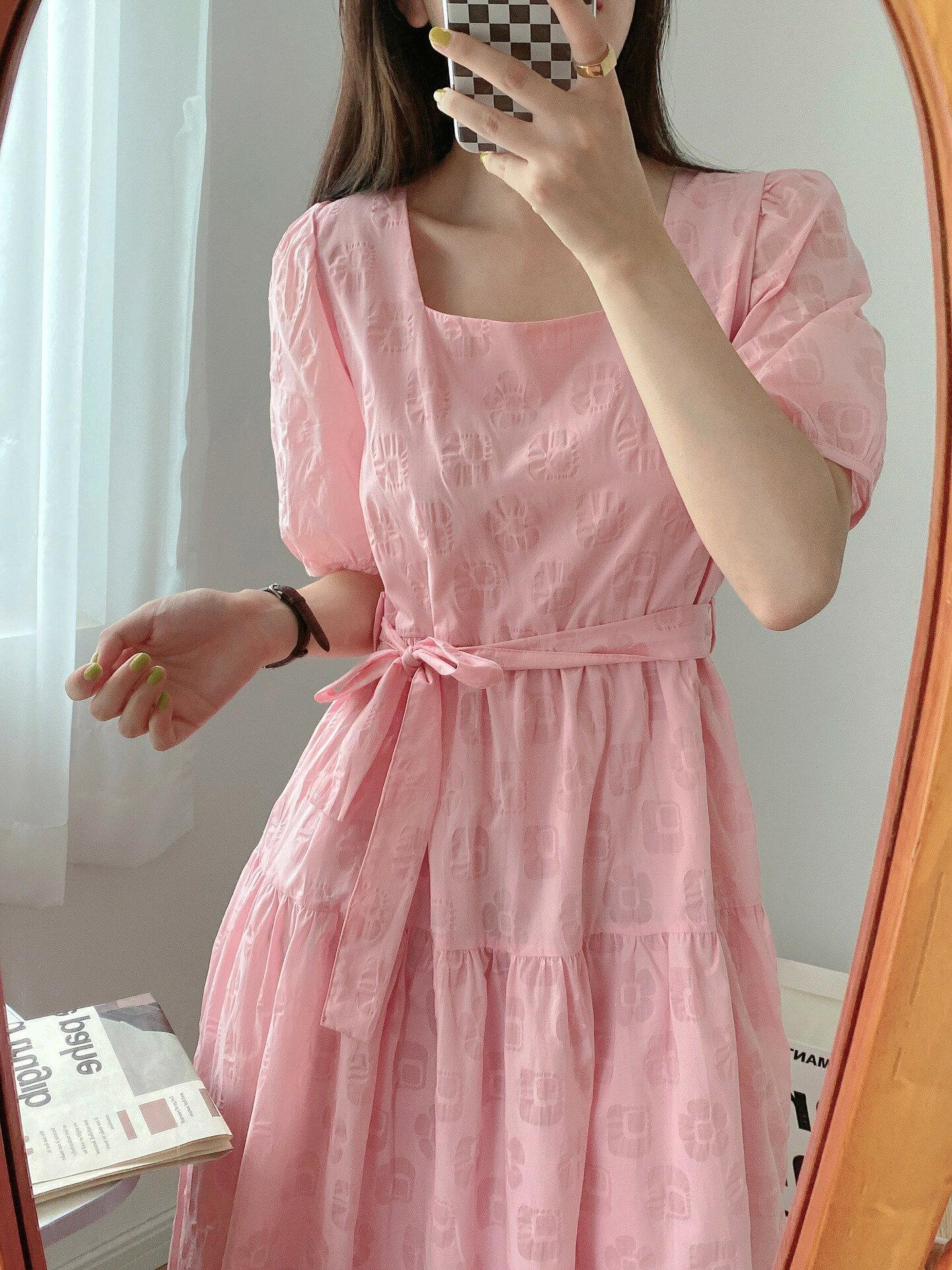 壓花連衣裙女夏季新款方領泡泡袖收腰顯瘦繫帶長裙