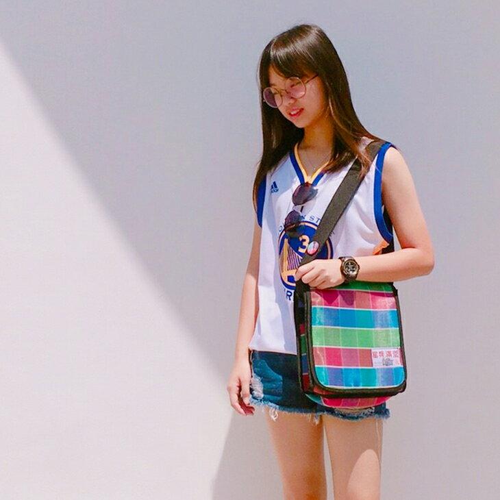 復古側背包(臺灣LV)環保袋 近幾年吹起復古風, 讓「茄芷袋」再度受到矚目 這款紅、綠、藍三色條紋的環保購物袋