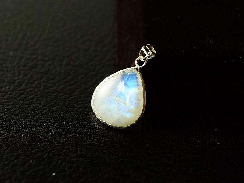 月光石水滴型純銀墜飾,天然晶體又帶藍色自然光芒。M292