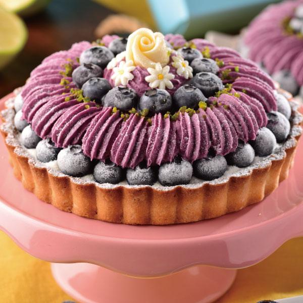 喬伊絲 手作甜品★6吋 莓瑰花紗★以法國藍莓果泥X師傅獨創可爾必思乳酪餡,中層夾帶巧克力海綿蛋糕增添口感,外在以大量藍莓製成的藍莓慕斯畫成蓬鬆嫁紗的樣式, 再放入一顆一顆精心挑選的小藍莓,最後放入一顆癡情的玫瑰花,幸福洋溢。 1