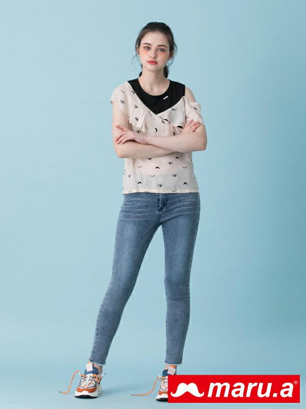 2千現折400↘搶券再折▶ 【maru.a】口袋LOGO刺繡彈性牛仔長褲(淺藍)▶滿800免運