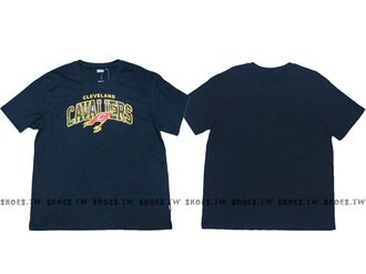 《換季折扣》Shoestw【8630238-011】NBA T恤 克里夫蘭 騎士隊 迷彩字 深藍 JAMES