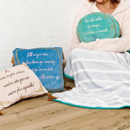 裕子的店~古典美式多 刺繡珊瑚绒抱枕  毯子  靠枕 共3色古典送子鳥綠  古典草寫英文藍
