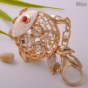 【Miya米亞】韓國金魚水鑽包包掛飾鑰匙圈(施華洛世奇)(可愛造型 飾品佩件 吊飾 鑰匙釦 金色)