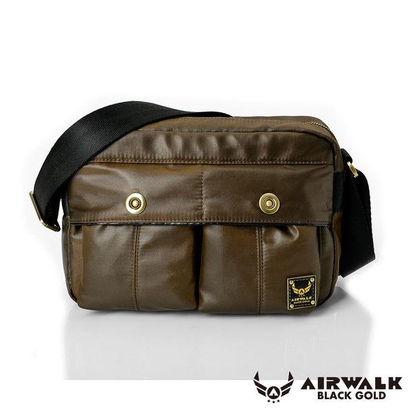 <br/><br/> AIRWALK 黑金系列。輕裝騎兵。經典雙前袋側肩包(小)【A331411070】騎士咖【禾雅】<br/><br/>