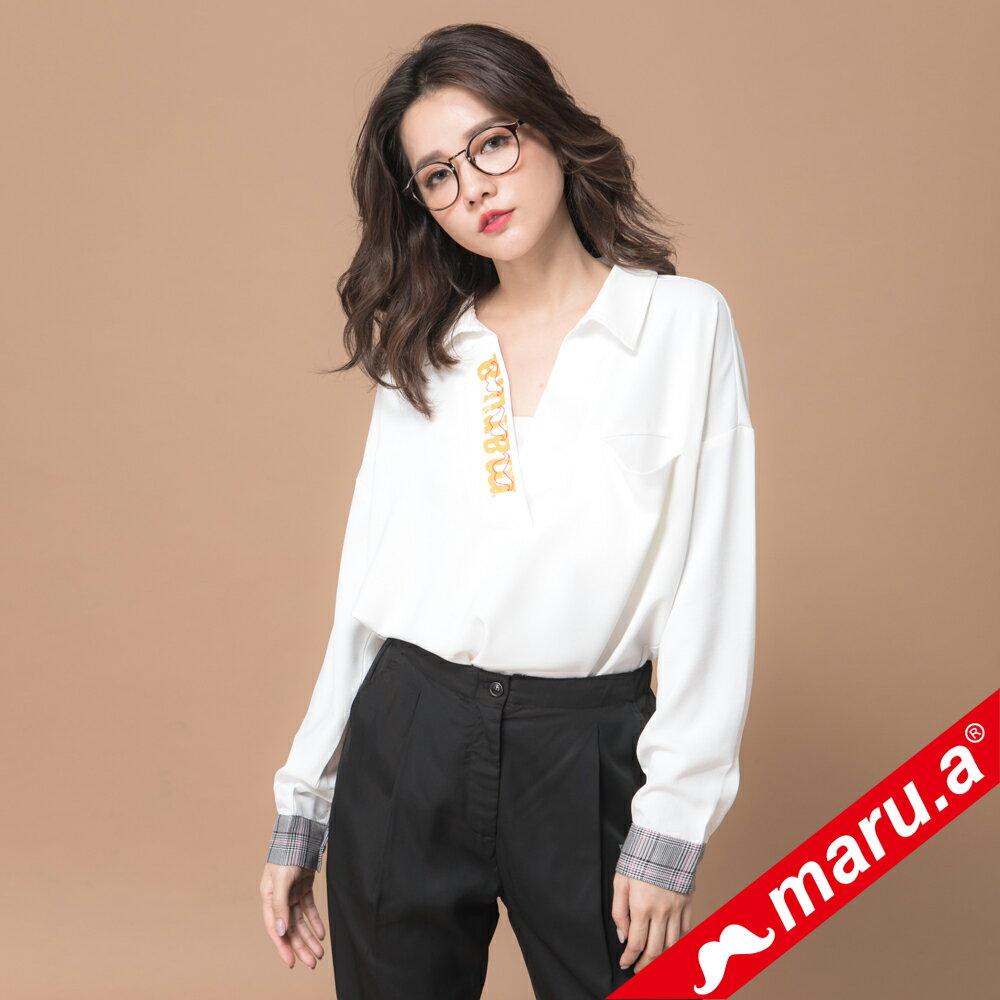 【maru.a】袖口格紋裝飾maru.a印花V領上衣(2色)▶滿2千現折300