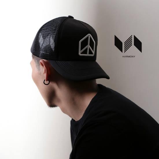 和諧者 / 立體刺繡網帽。黑色款 0