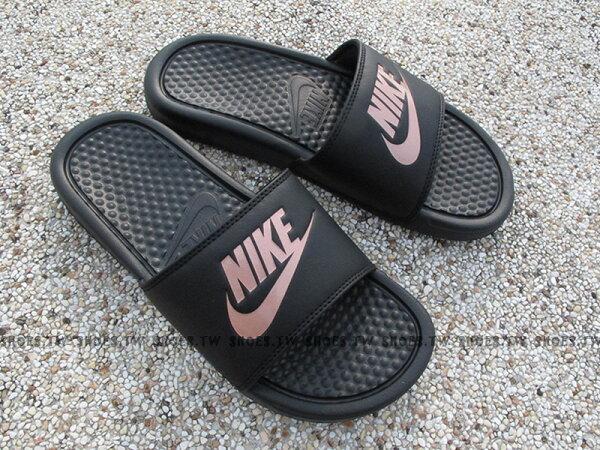 Shoestw【343881-007】NIKEWMNSBENASSIJDI運動拖鞋黑玫瑰金LOGO女生尺寸