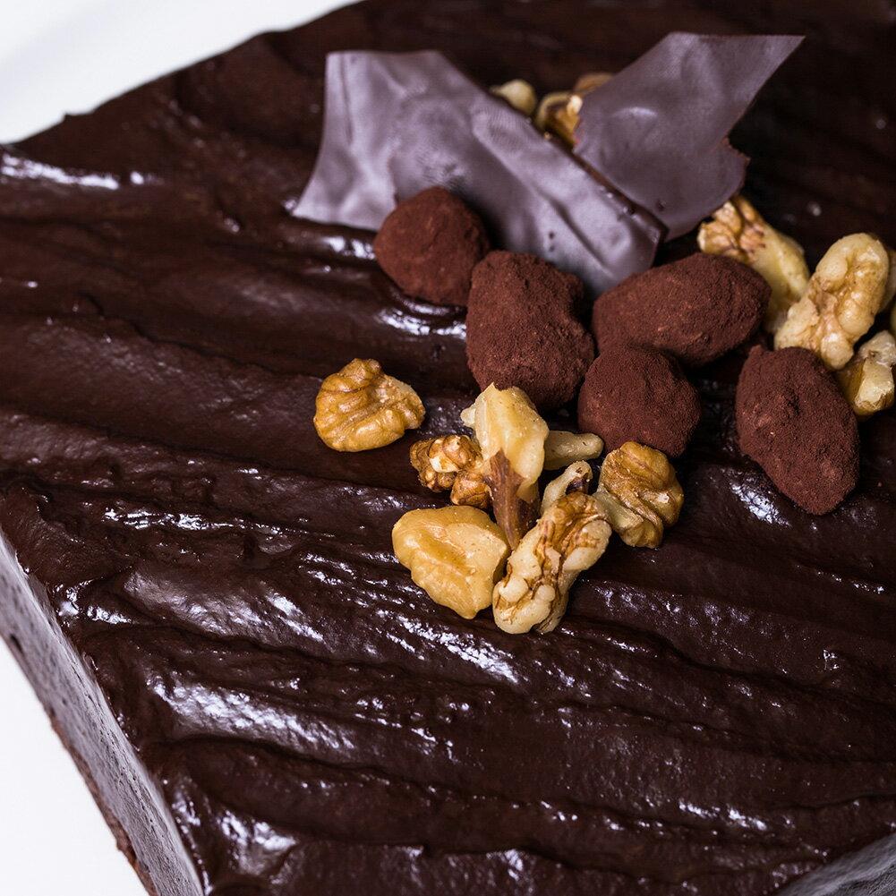 6吋核果生巧克力布朗尼**有別於一般美式做法,巷弄?子使用法式,繁複程序的方式製作,無添加劑,調整出黃金比例濕潤的蛋糕體,不使用香精,加入豐富核桃,再淋上濃郁香醇入口即化的生巧克力,一口咬下堅果的香氣..