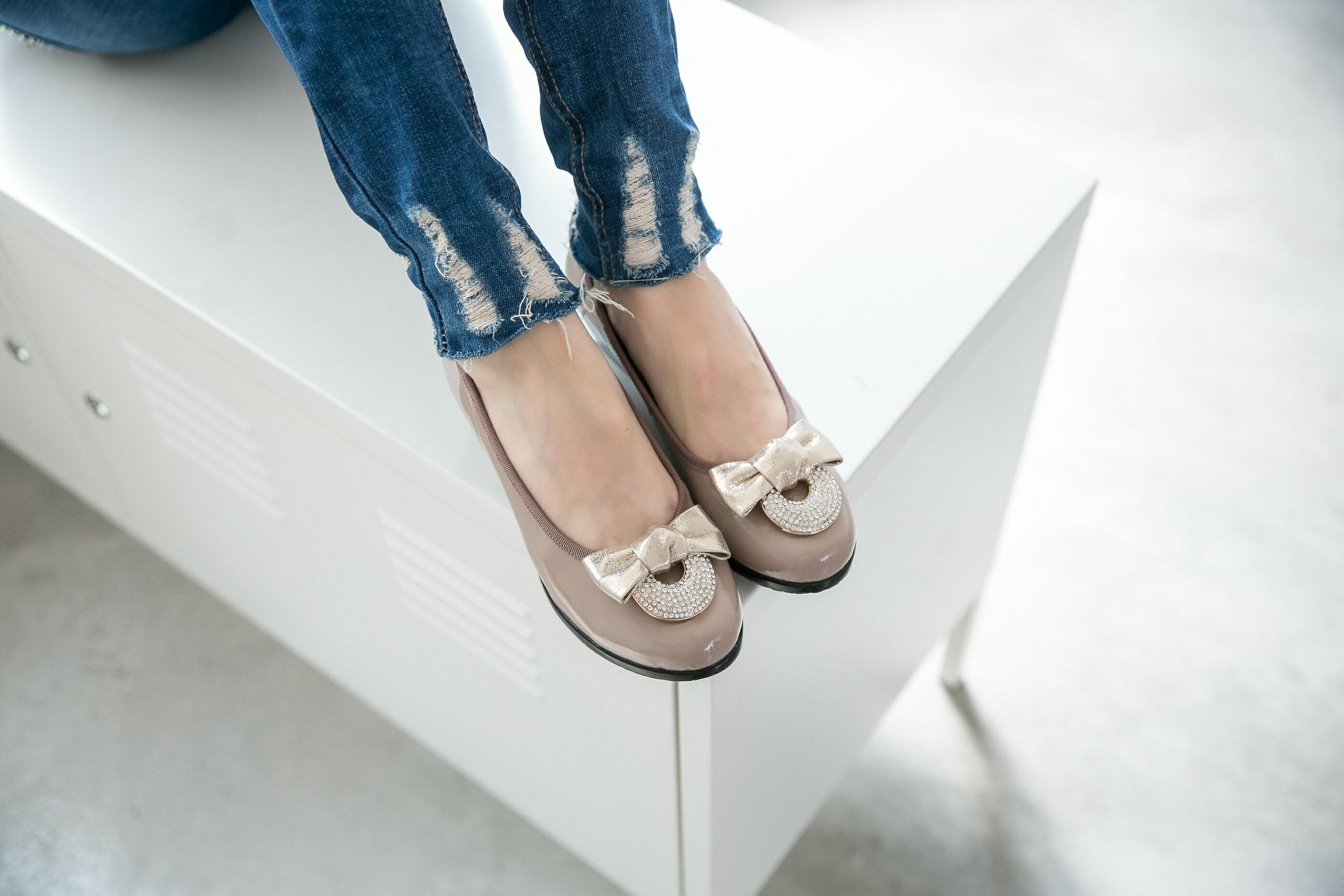 Aimez La Vie 經典優雅 鏡面真皮兩鑽飾釦蝴蝶結上班族OL 低跟鞋