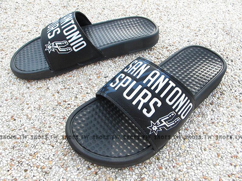 Shoestw【8661103-020】NBA 拖鞋 大字 LOGO 運動 馬刺隊 黑灰 男生尺寸