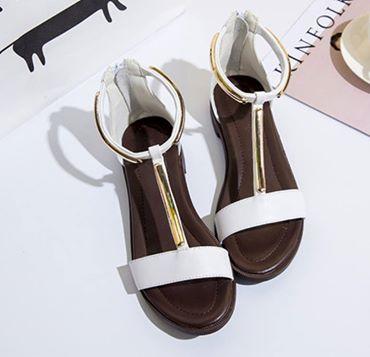 春夏新款~簡約時尚金屬腳踝T字後拉鍊時尚黑白平底涼鞋