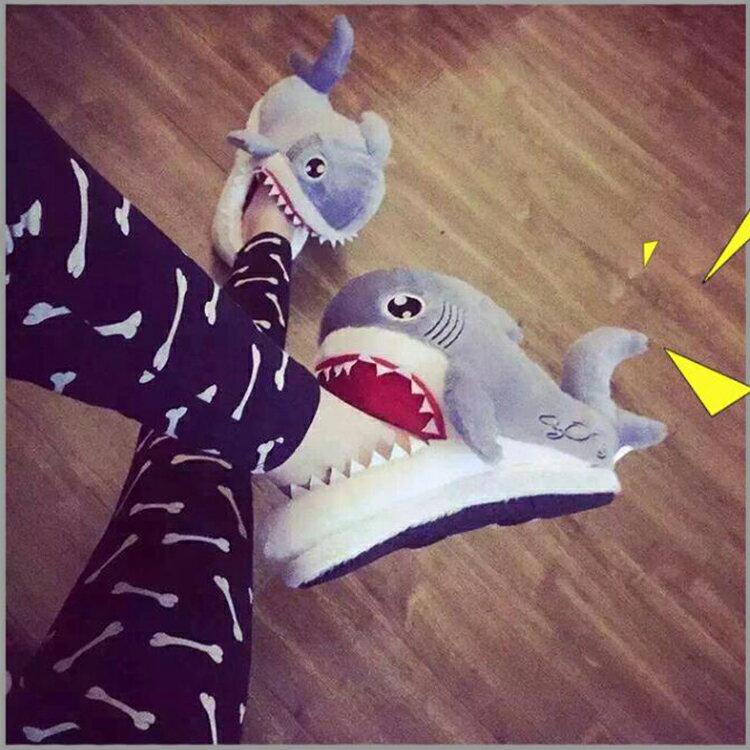 【葉子小舖】鯊魚造型室內拖鞋/保暖毛絨棉/居家休閒/冬季保暖/小朋友最愛/動物/交換禮物/生日禮物/情人