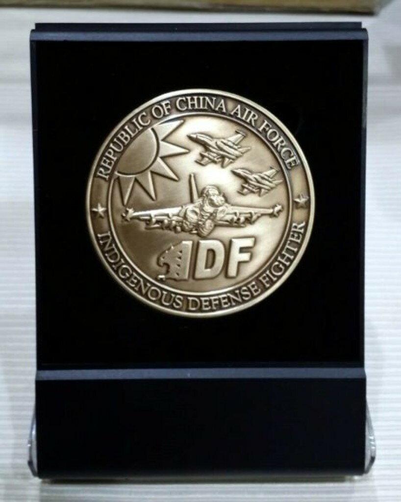 嘎嘎屋 限量 台灣製 空軍 IDF 443聯隊 六公分紀念幣 大 金色 立盒組(IN001A-2)