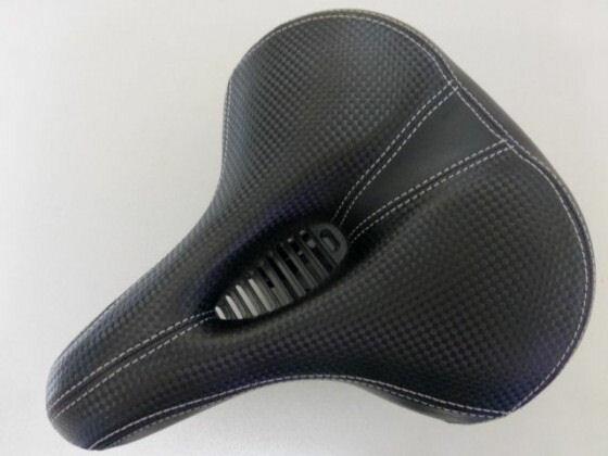 皮面仿卡夢黑 中空氣體導流 彈簧坐墊《意生自行車》