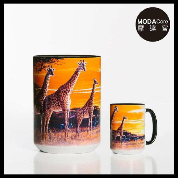 【摩達客】(預購)美國TheMountain夕陽長頸鹿圖案設計藝術馬克杯440ml