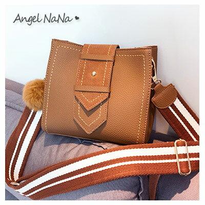 AngelNaNa:斜背包-條紋帆布背帶簡約毛球水桶包側背包AngelNaNa【BA0279】