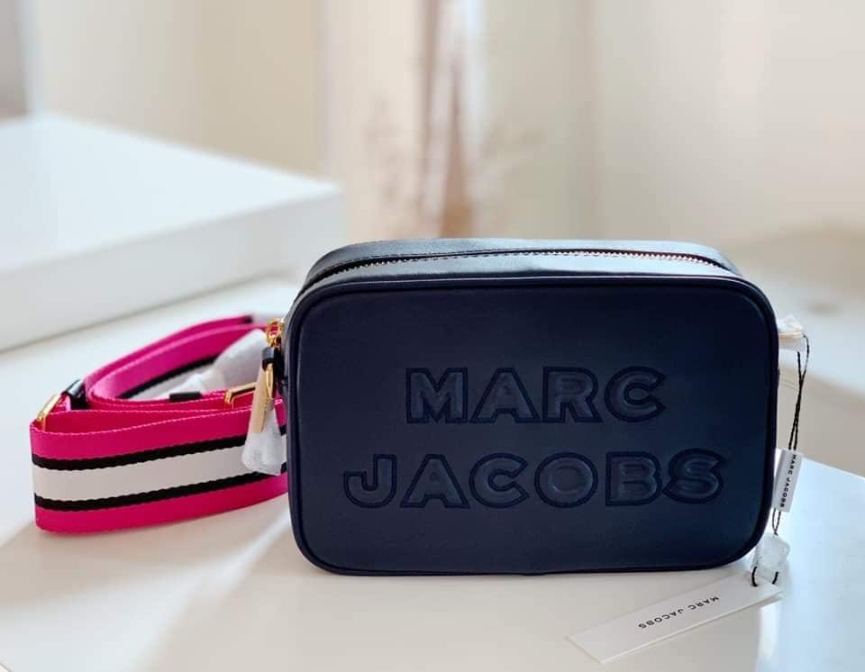【Go時尚】MARC JACOBS MJ 衝突設計 超寬復古肩帶相機包 斜背包 藍色 立體字母 雙拉鍊