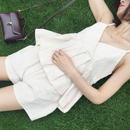 SISI~E6040~休閒舒適顯膚白細肩吊帶V領荷葉傘襬 鬆緊腰寬管短袖套裝