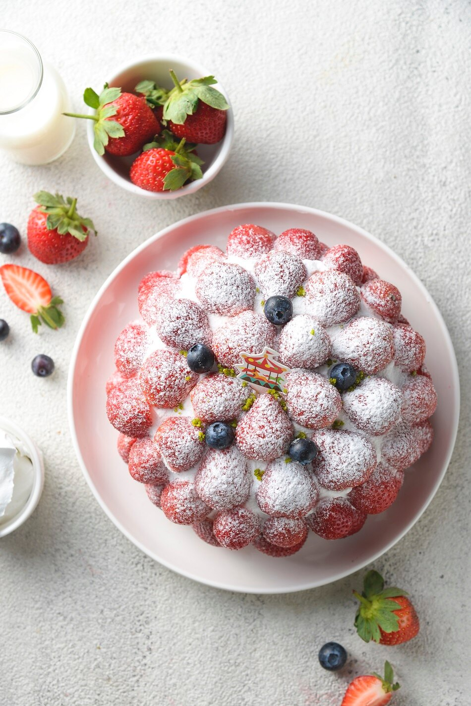 雙12 SUPER SALE 整點特賣 12 / 15 12:00 準時開搶 草莓園6吋(4~6人食用)免運▲ 紅艷欲滴的新鮮草莓鋪滿蛋糕表面搭配柔軟綿密的香草蛋糕滑順北海道奶霜 清爽宜人的風味 2