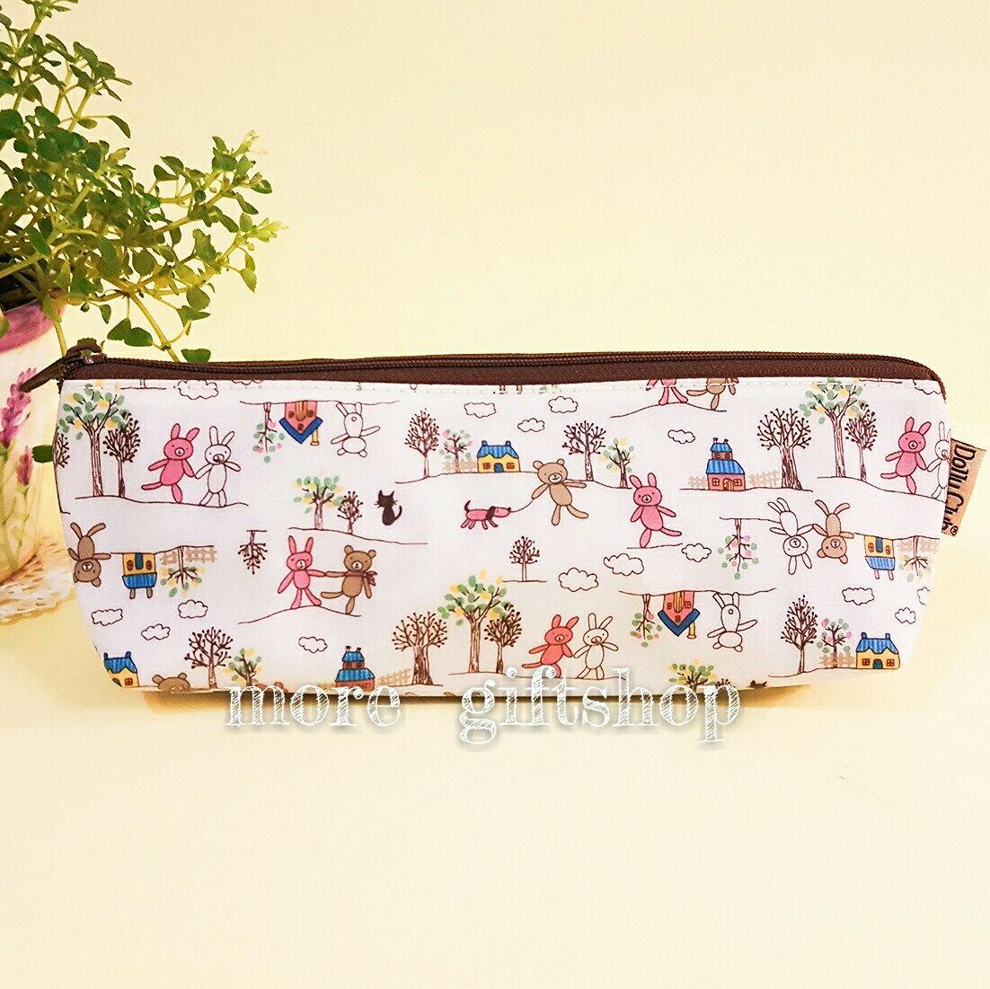 【more 禮品小舖】防水包系列 三角筆袋(米白 快樂熊)、收納包、化妝包、隨身小物