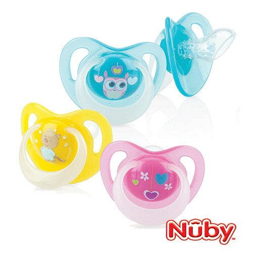 Nuby 自然乳感系列-夜光舒眠安撫奶嘴6-12m (附蓋)-顏色隨機【悅兒園婦幼生活館】