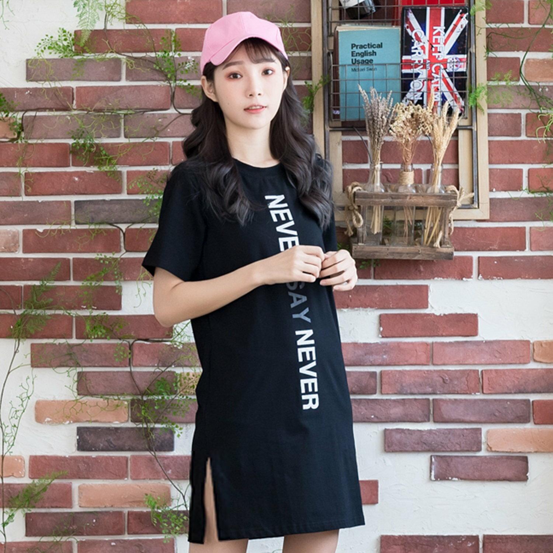 休閒洋裝--時尚舒適運動風字母印花寬鬆開叉黑色短袖洋裝(黑M-3L)-D510眼圈熊中大尺碼 0