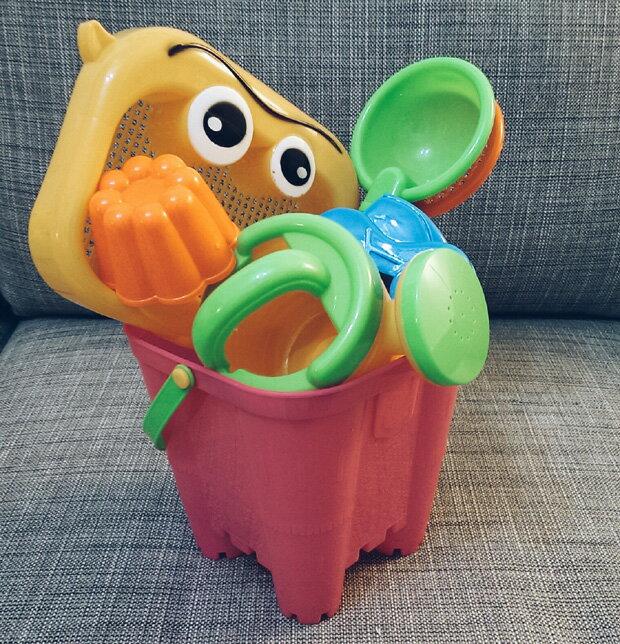 城堡沙灘桶(大)7件組(1大桶1澆水壺1沙漏2勺2大匙)  顏色隨機出貨