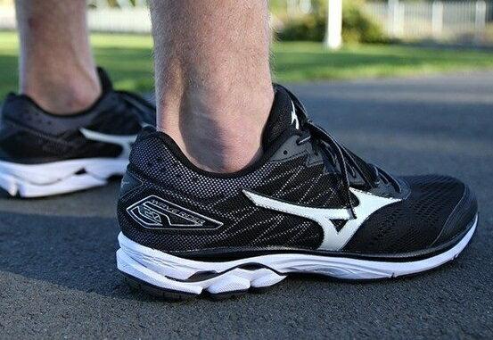 MIZUNO 暢銷鞋款第20代 WAVE RIDER 20 男慢跑鞋 黑白 休閒鞋│運動鞋│健走鞋 J1GC170301