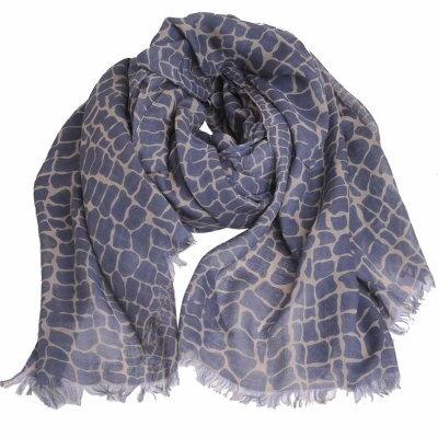 LACOSTE 高質感絲質觸感混品牌鱷魚圖騰字母LOGO鱷魚紋造型披肩/圍巾(灰藍)