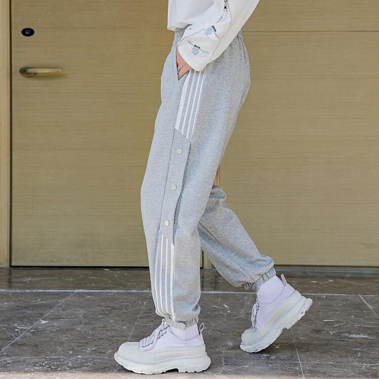 西西里男裝2021年新款條紋休閒褲男春季青少年寬鬆束腳運動排扣褲